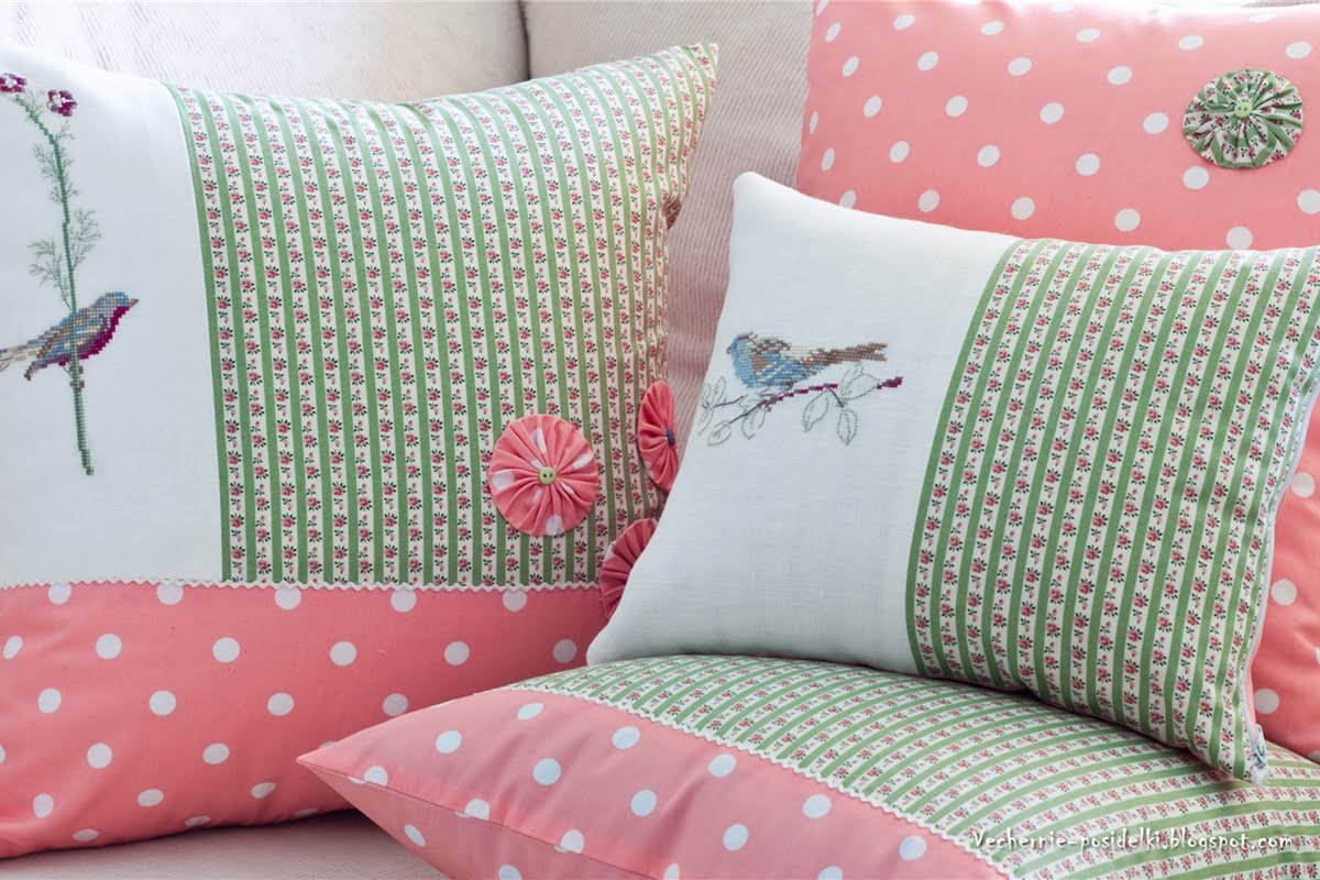 Вязаные подушки с вышивкой 1