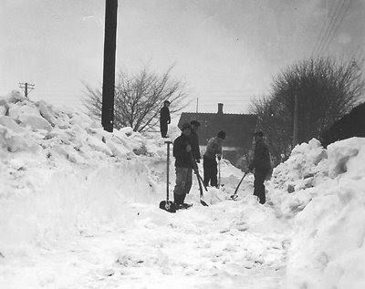 Der skovles sne i Lilledal 1956
