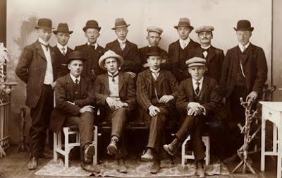 Unge mænd på session ca. 1911 - klik for større billede