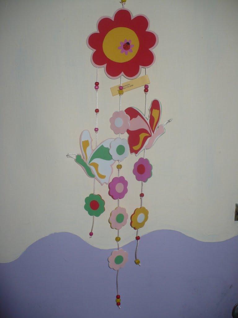 Móvil de foami con figuras de mariposas, flores, avioncitos, carritos ...