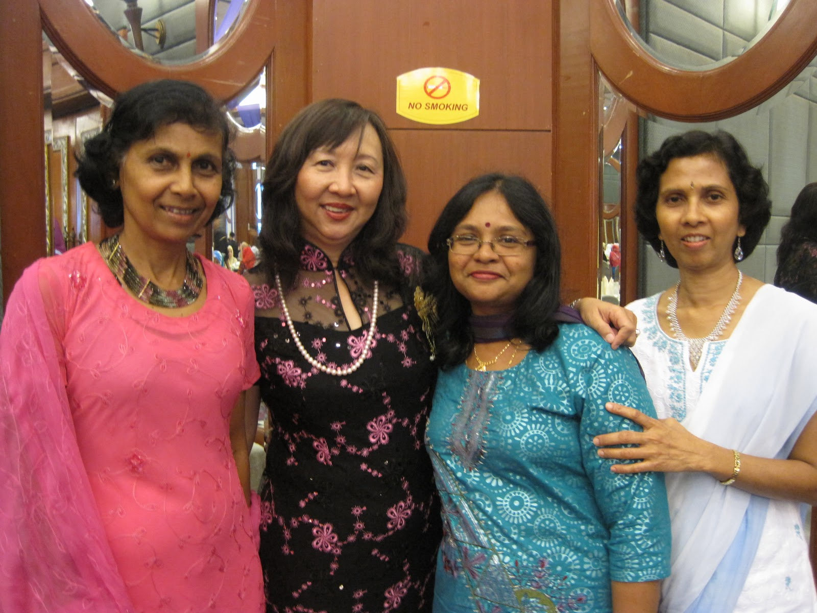 Gambar kenangan Pn Pengetua bersama dengan cikgu-cikgu yang cantik dan