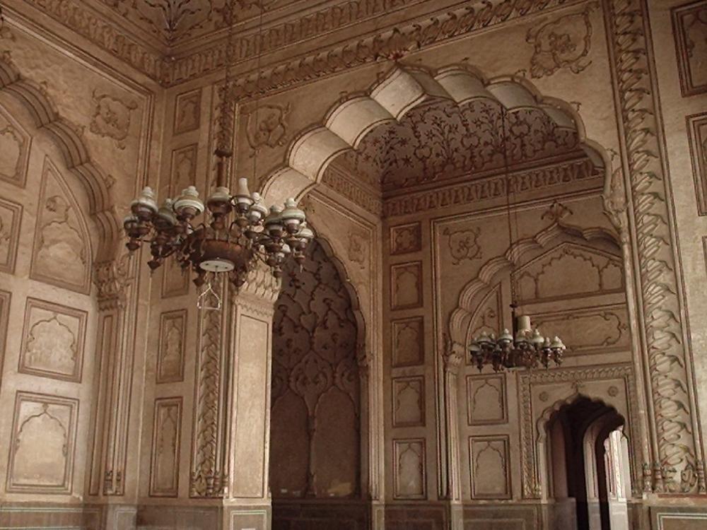 Karachi    vs    Lahore Inside Badshahi Mosque