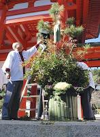 近江神宮に華やか門松