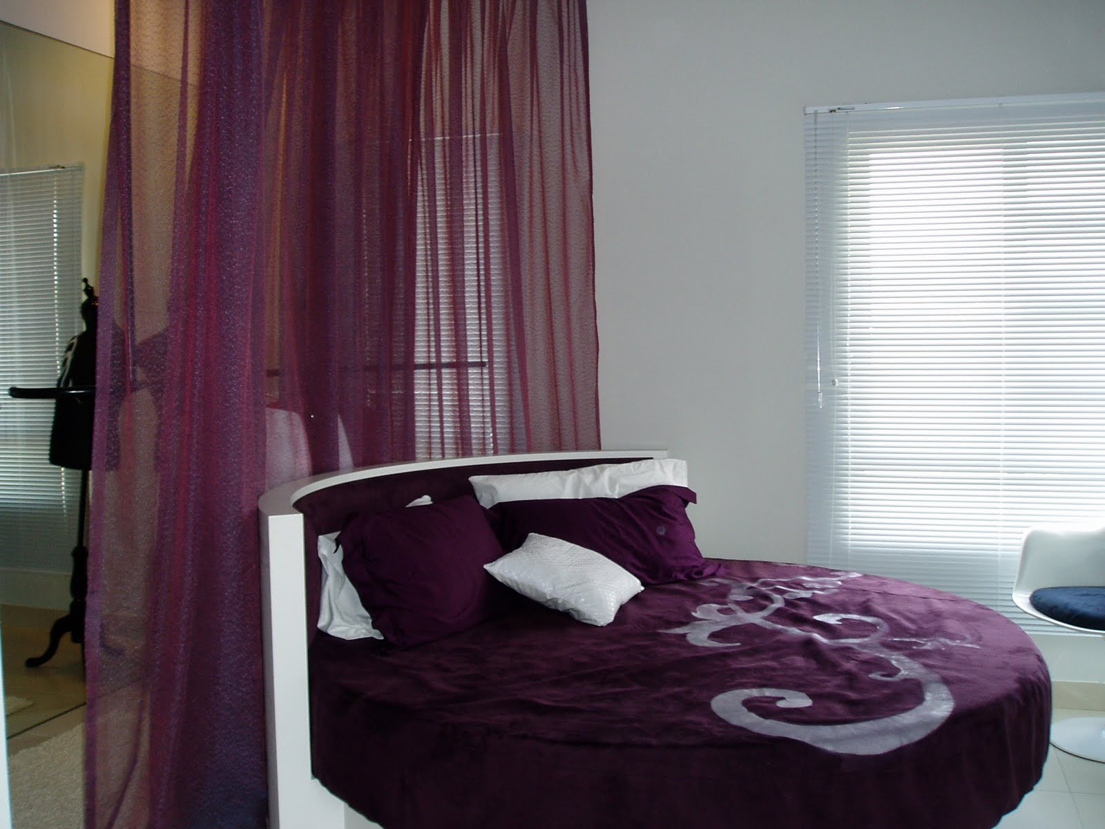 Interior design how to spice up your love life by for Declutter bedroom ideas