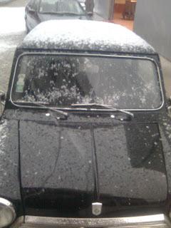 Mini com tecto cheio de neve