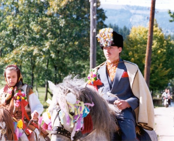 Весілля в українських Карпатах молодий на коні