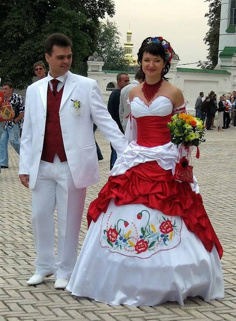 Весілля Київ Наречена Наречений Біло Червоне Вбрання
