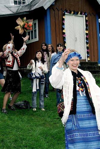 Українська наречена кидає букет незаміжнім дівчатам