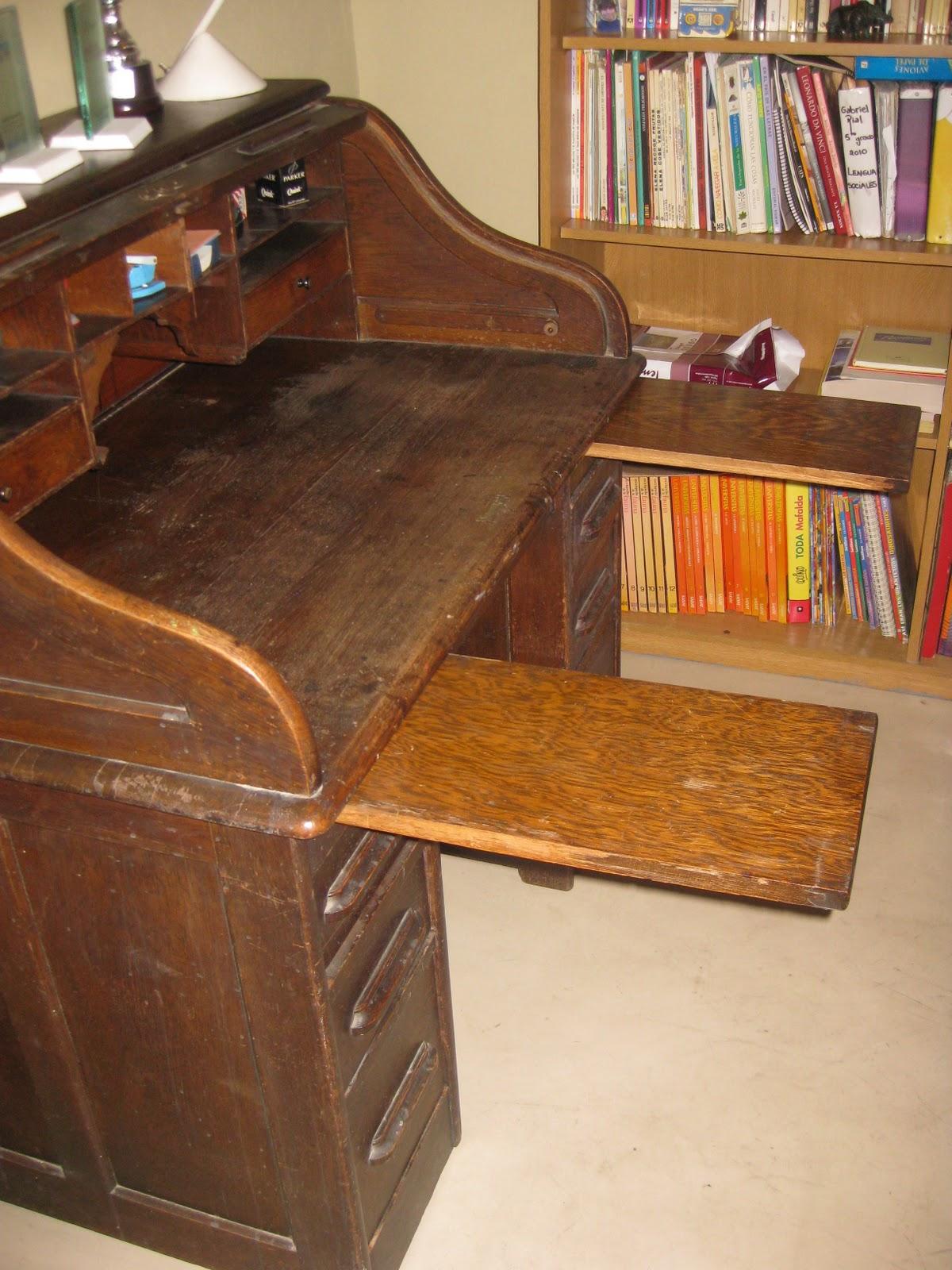 Escritorio con persiana Cajones y estantes en la parte superior y