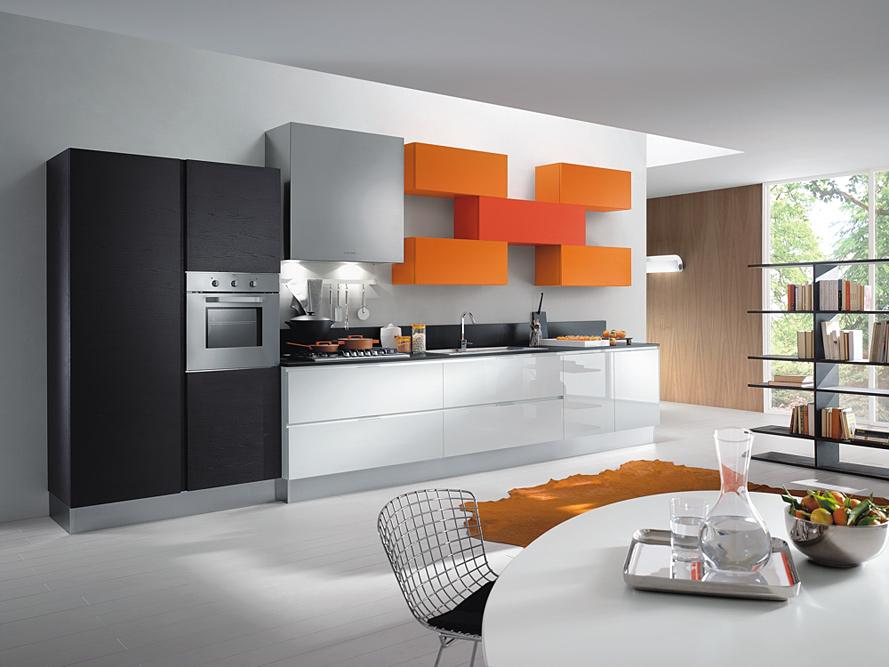 en X combinando color naranja y rojo, para esta cocina moderna recta