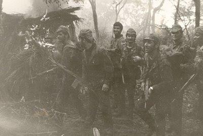 f10f0693d0bda Assalto a um acampamento pelo 4º grupo. A actividade operacional no norte de  Angola ...