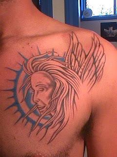 rosto de anjo tatuado nas costas