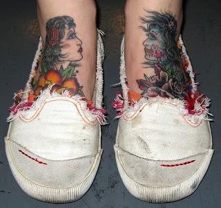 mulher tatuada no pé