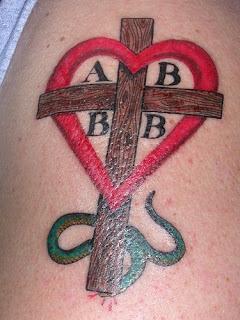 tattoo de cobra coração e cruz