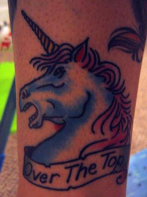 unicórnio tatuado na panturrilha