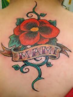 Tatuagem flor amor perfeito em homenagem a Mãe