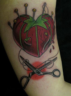 Tatuagem  almofada de alfinetes de tomate  coração