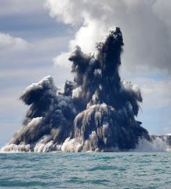 volcan en erupción en el Pacífico