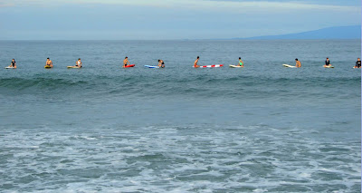 Les surfeurs attendant la vague