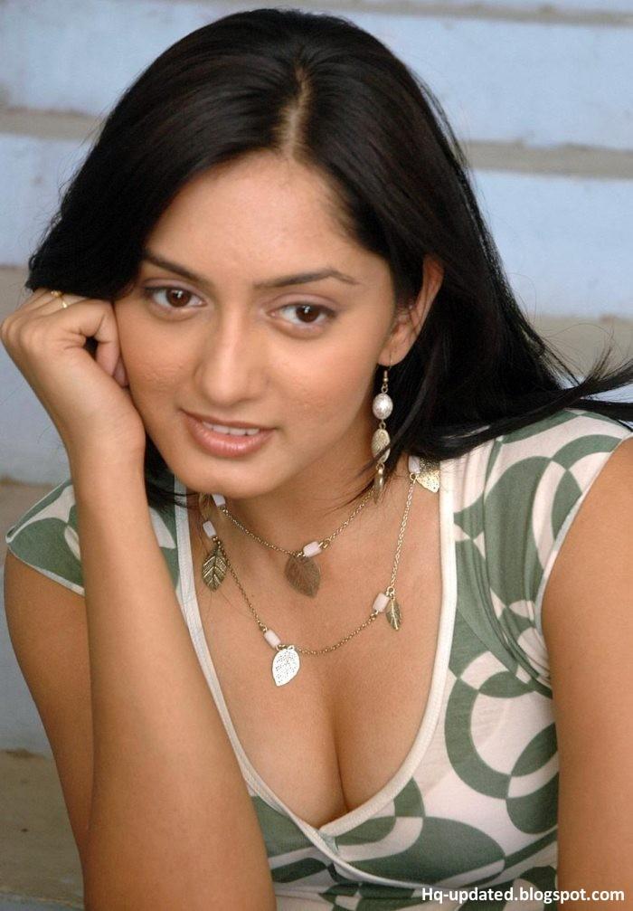 Parvati Vaze Hot Sexy Cleavage Photos