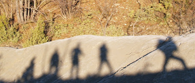 Ombre di escursionisti su un calanco nei pressi di Collina di Civitella