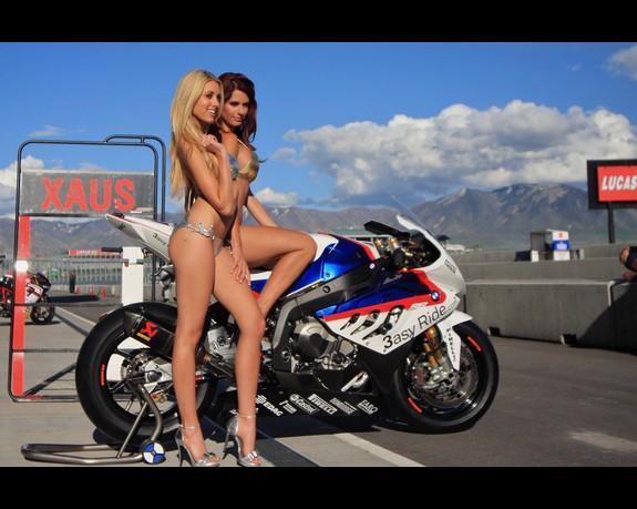 Mulheres em moto, dupla na moto, duas mulheres em moto, gostosas na moto, two babes on bike, two Women on bike, sexy babe on bike, sexy on motorcycle, babes on bike,ragazza in moto, donna calda in moto, femme chaude sur la moto, mujer caliente en motocicleta, chica en moto, heiße Frau auf dem Motorrad
