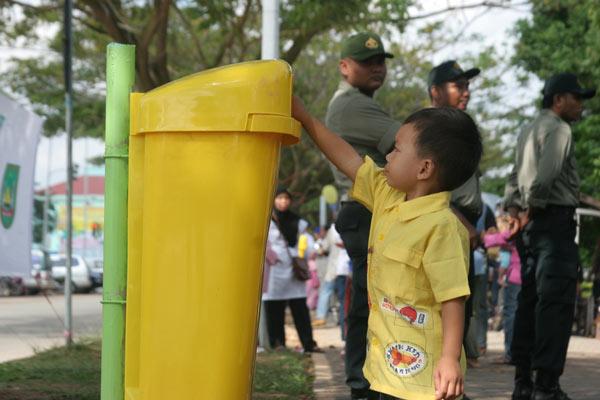 http://4.bp.blogspot.com/_vRcsEOin9uw/TUAG2erLsqI/AAAAAAAAAEg/saqnEY5n9wA/s1600/buang-sampah-1.jpg