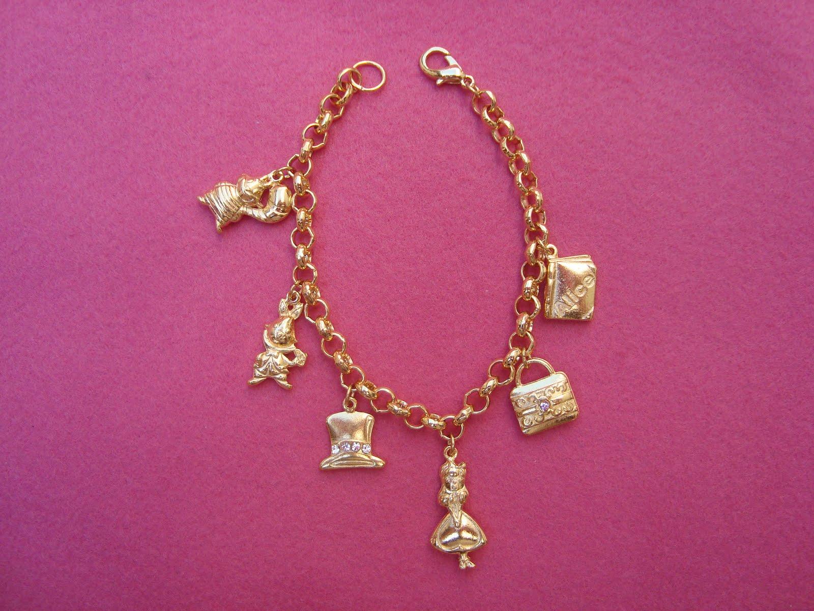 03fe097c60f Pulseira corrente dourada com berloques do tema Alice no Pais das Maravilhas