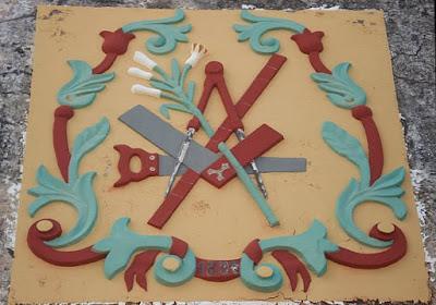 Símbolos maçonicos em construção histórica - esquadro, compasso, regua e acacia