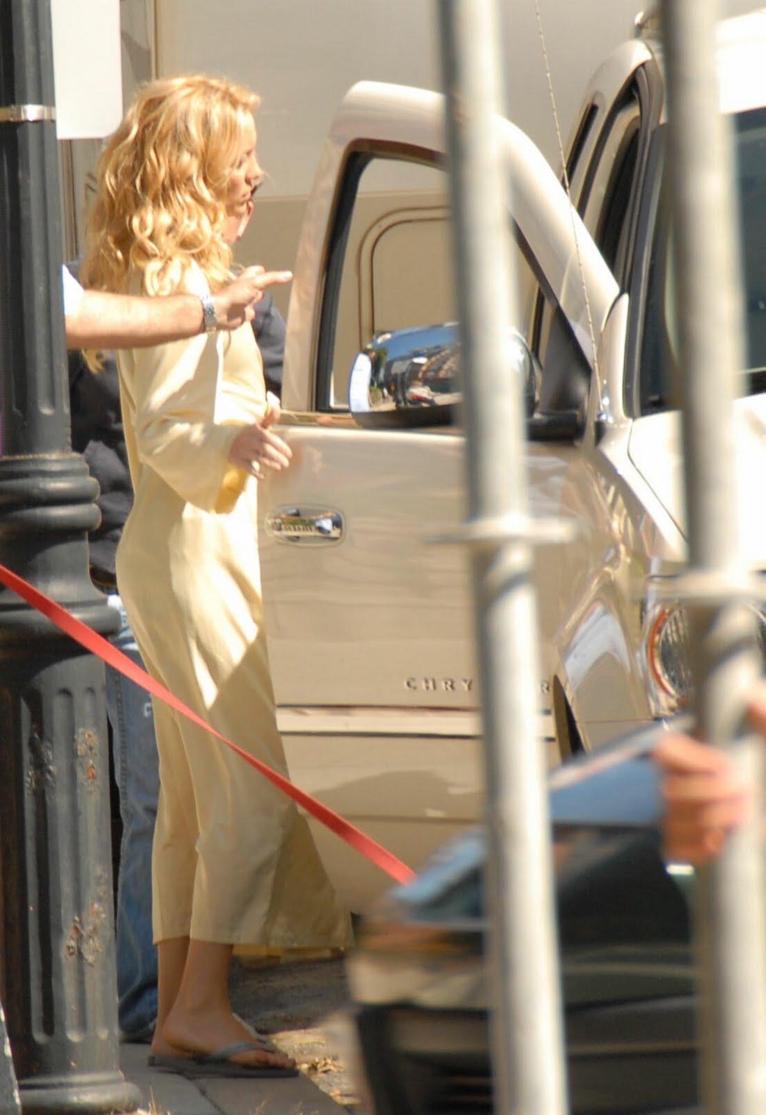 http://4.bp.blogspot.com/_vVQYLS_FHAg/S8kWTa9jJbI/AAAAAAAAFHo/0J8mesQLHF0/s1600/kate_hudson-candid-sexy_feet-a04.jpg