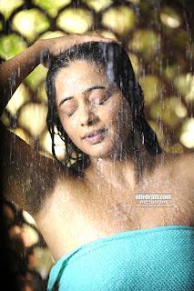http://4.bp.blogspot.com/_vZPz2T4o4LQ/SypoZs199cI/AAAAAAAACik/Dd8BhbxkImM/s320/Priyamani+Hot+In+Wet+Towel+10.jpg