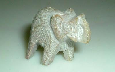 Szürke kő elefánt