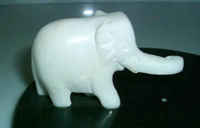 Fehér porcelán elefánt