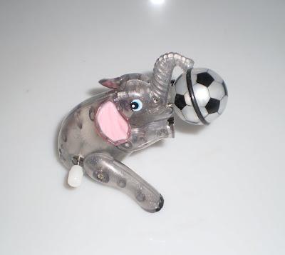 Elefánt labdával