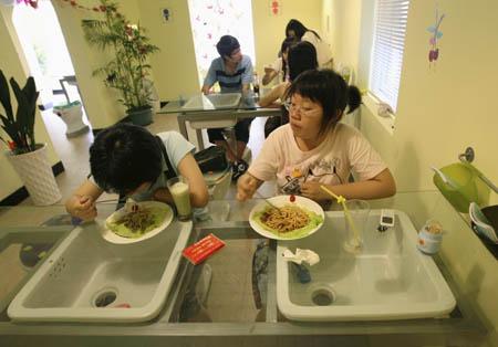 http://4.bp.blogspot.com/_vaBIYoXUg3Q/SfbexRHO0-I/AAAAAAAADNY/tyl4DEDtIy8/s800/restaurant-toilettes.jpg