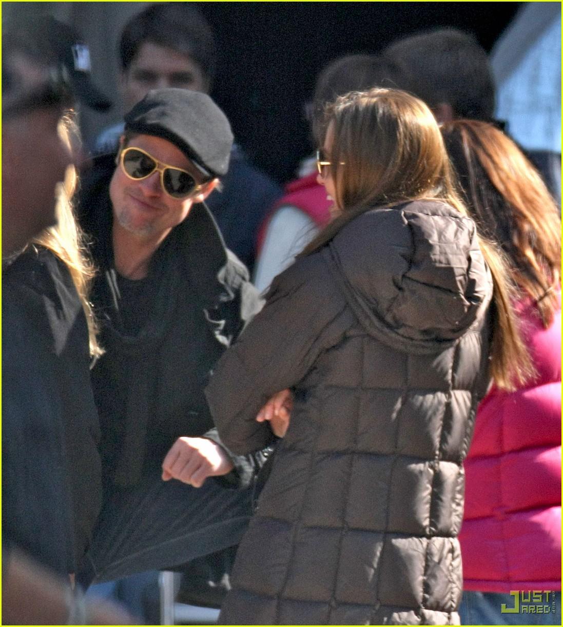http://4.bp.blogspot.com/_vaIIg9LVtqg/TLaH2PRMGiI/AAAAAAAAACQ/_wupHWQ9dzw/s1600/brad-pitt-angelina-jolie-kissing-budapest-03.jpg