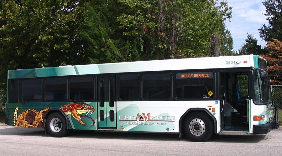 Greyhound(グレイハウンド)は、アメリカ最大の長距離バスの会社です。カナダ、メキシコの一部を含めた膨大な路線数を運行しています。 飛行機などの輸送手段よりも料金が格安で停留所の数も多いため、目的に近い所までバスで直接移動できるなどのメリットがあります。.