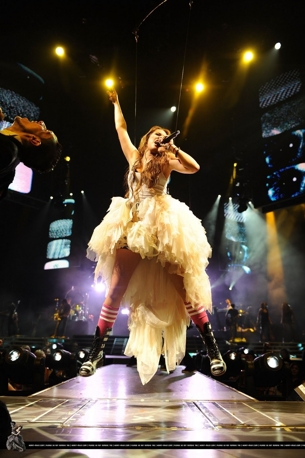 http://4.bp.blogspot.com/_vhljabVhoXM/SvDmzYnsnAI/AAAAAAAAFsI/t0b5R06aIRo/s00-r/32967_Miley_Cyrus_performs_during_her_Wonder_World_tour_at_Staples_Center_in_Los_Angeles_-_September_229_2009_008_122_419lo.jpg