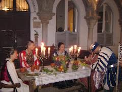 scena di una cena di nobili medioevale