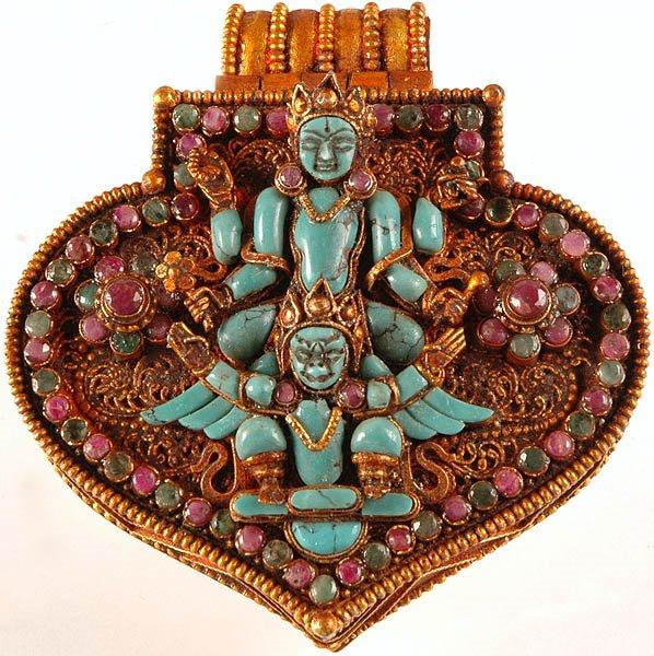 Vishnoe en Vivestera Vivasvan  gehangen, aan hals en oren om menigeen te bekoren.