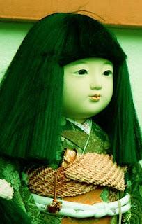 Rambut Boneka Ini Bisa Memanjang Sendiri