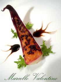 Foglia di radicchio marinato con tartare di salmone in biancolilla all'arancia e caviale malossol..
