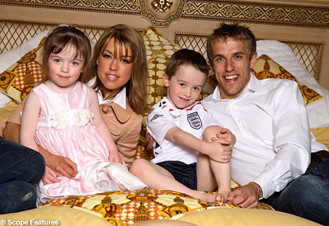 Phil+Neville+with+wife+Julie+and+children+Isabella+and+Harvey(mail