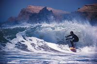 Perfección y complejidad: Surfista en la ola