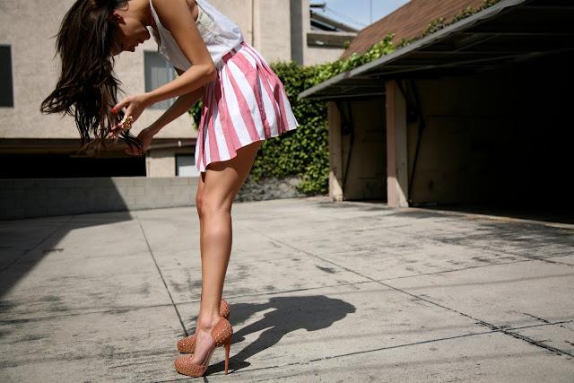 Девушка брюнетка на каблуках фото на аву