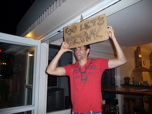 Aquí está Diego de Brasil invitando a todos a beber