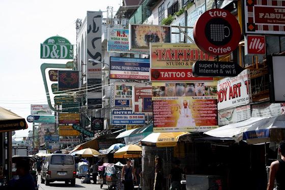Así se ve en Bangkok algunas calles están llenas de mercaditos y cosas