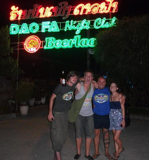 Aquí estan algunos del grupo en el Nightclub de acá de Luang Prabang
