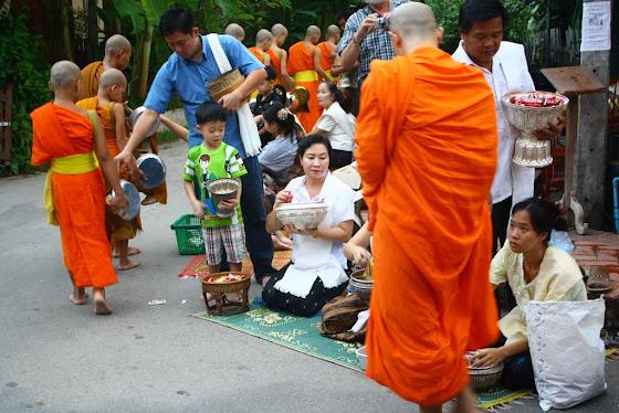 Aquí están los monjes y las señoras