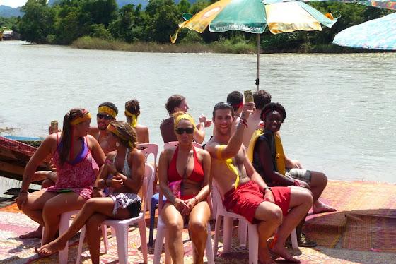 Aquí están todos en uno de los juegos junto al río